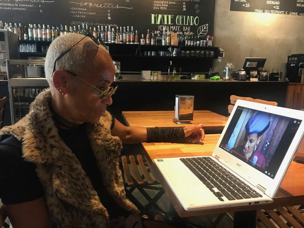 Animal assiste ao seu vídeo pela primeira vez.