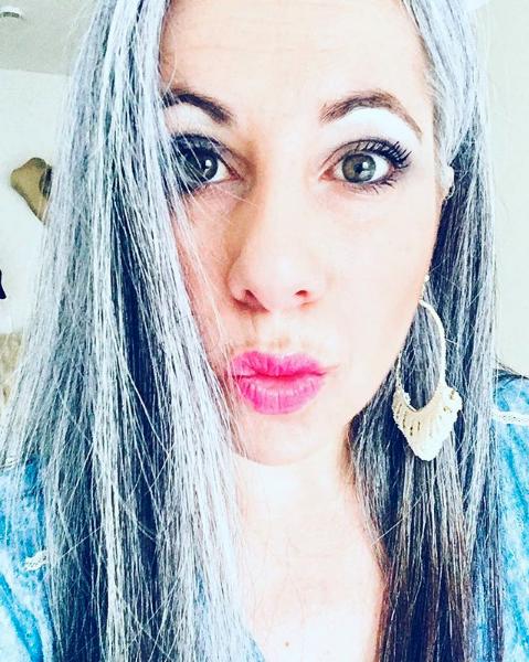 Warum Du Deine Grauen Haare Nicht Verstecken Sondern Feiern Solltest