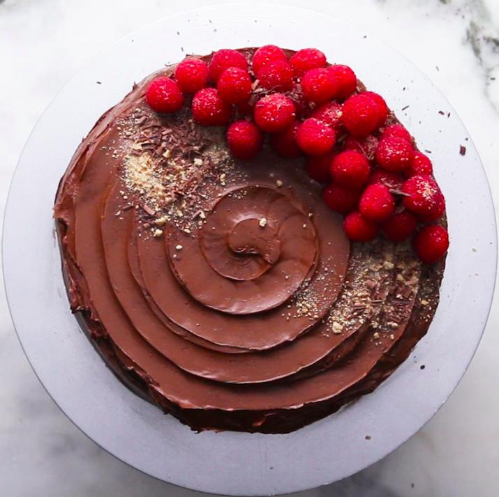 El pudín de chocolate instantáneo es perfecto para lograr esta tarta sin necesidad de hornear. Un postre impresionante y fácil de hacer. Mira la receta aquí.