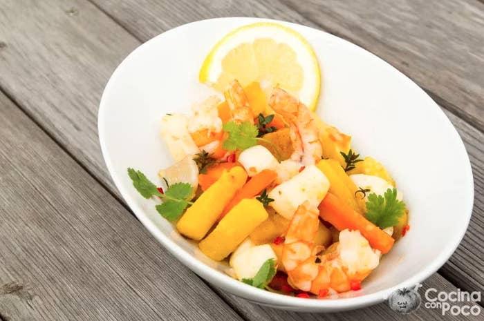 Esta receta incluye zanahorias de dos colores y marisco fresco. Requiere muy poca elaboración si tenemos en cuenta el estupendo resultado. Aquí puedes ver la receta paso a paso.