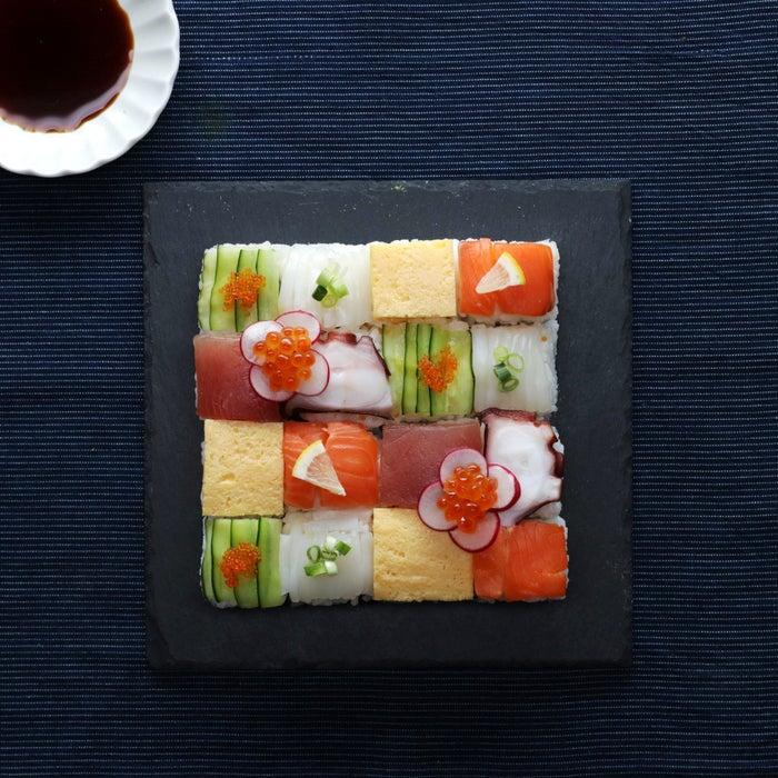 ひとくちサイズのカラフルな押し寿司をモザイク状に並べるだけで、ぐっとモダンな仕上がりに。押し寿司同士の配色や、トッピングの具材との色のバランスを考えながら、楽しく並べてみましょう♪おもてなしにもぴったりです。 ぜひ試してみてくださいね!