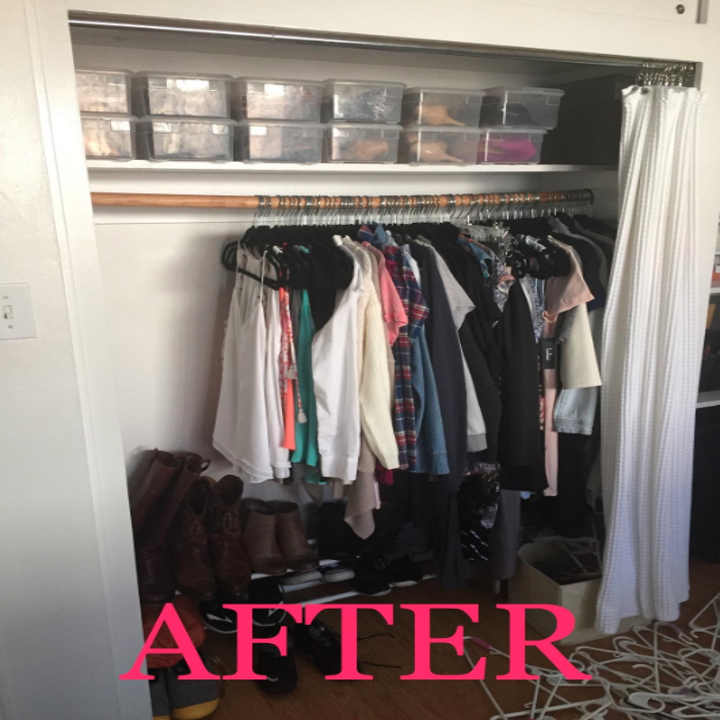 An after customer review photo of their closet using the slim velvet hangers