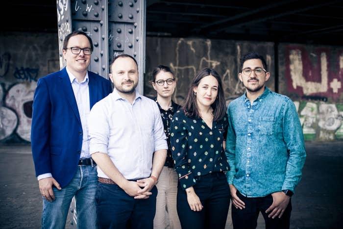 Das News-Team von BuzzFeed Deutschland, von links nach rechts: Chefredakteur Daniel Drepper, Grundrechte-Reporter Marcus Engert, Reporterin für Politik und sexualisierte Gewalt Pascale Müller, Reporterin für LGBT* und Feminismus Juliane Löffler, Reporter für Desinformation und Social News Karsten Schmehl.