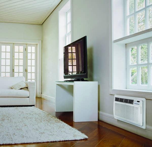 Uma unidade AC instalada dentro da parede em vez de montada no topo de uma janela