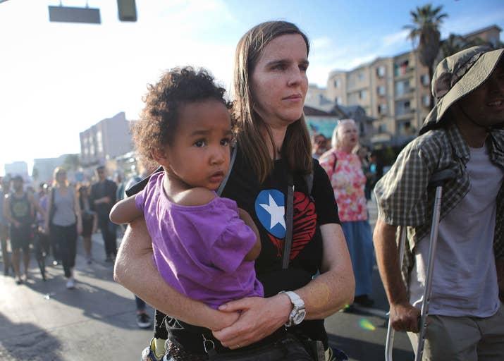 ロサンゼルスで行われた、移民親子の引き離しに反対する市民団体「Families Belong Together」のデモ。