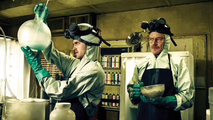 """En una entrevista con Howard Stern, Cranston reveló lo siguiente: nos enseñaron a preparar metanfetamina unos químicos de DEA (la Administración de Control de Drogas de los Estados Unidos), que eran nuestros consejeros en la serie. No la llegamos a preparar, pero nos explicaron exactamente cómo era el proceso en ese nivel alto""""."""