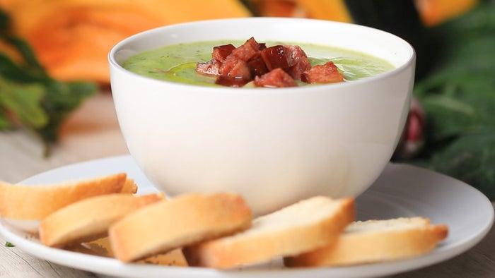 Rendimento: 2Você vai precisar de:2 colheres de sopa de azeite, mais para servir1½ xícaras de linguiça calabresa em cubos2 xícaras de batata descascada e picadaSal a gostoPimenta a gosto2½ xícaras de caldo de legumes1 xícara de couve-manteiga picadaPão fatiado para servirModo de preparo:1. Em uma panela média, aqueça o azeite em fogo médio. Adicione a linguiça e refogue até dourar e ficar crocante, cerca de 2 minutos. Retire a linguiça da panela e reserve.2. Na mesma panela, misture a batata, o sal, a pimenta e o caldo de legumes. Deixe ferver, tampe e cozinhe até que a batata esteja macia, cerca de 10 minutos. Deixe esfriar por 5 minutos.3. Transfira o caldo para um liquidificador e bata até ficar homogêneo, adicione a couve e bata mais 20 segundos.4. Retorne o caldo para a panela, acrescente a calabresa e cozinhe em fogo alto, até ferver. Retire a panela do fogo.5. Sirva o caldo em tigelas com pão ao lado.6. Aproveite!