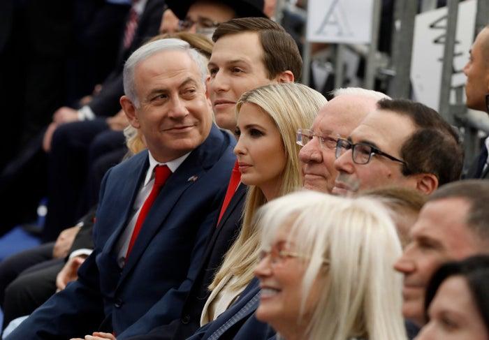 米大使館の移転記念式典に出席したイスラエルのネタニヤフ首相(左)、ジャレド・クシュナー、イバンカ・トランプ両氏ら
