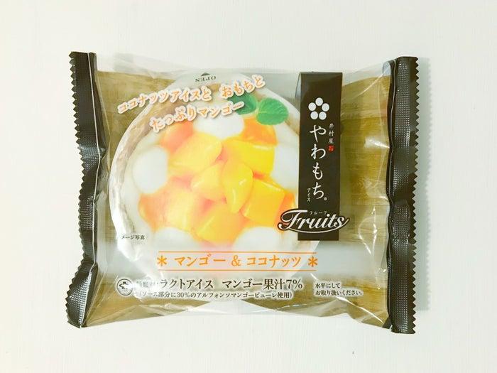 小さなおもちがのった和風アイス「やわもち」シリーズの新作なんですが、マンゴー&ココナッツのトロピカルなフレーバーが新鮮です!ひとつ194円でした。