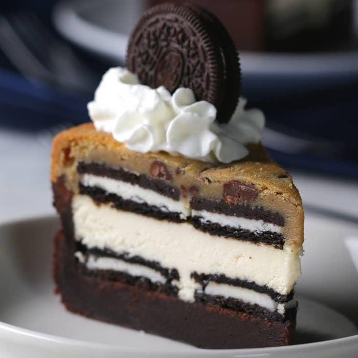 8人分材料:チョコチップクッキー生地 455gブラウニーミックス 510gクリームチーズ 680g砂糖 100gバニラエクストラクト 大さじ1卵 1個ココアサンドクッキー 40枚ホイップクリーム作り方1. オーブンは180℃に予熱しておく。2. 25センチの型に、隙間がないようにラップを2枚被せる。チョコチップクッキー生地をのせてパン全体に行き渡るように広げる。ラップを被せて生地を取り出し、冷凍庫で冷やしておく。3. パンに薄く油を塗り、ブラウニーミックスを注ぐ。4. 20センチのパンに薄く油を塗り、(5)の上に置く。そのままブラウニーミックスが型の半分ほどの高さになるまで押し、180℃のオーブンで35分焼く。焼き終わったら5分休ませる。5. オーブンを150℃に予熱する。ボウルにクリームチーズ、砂糖、バニラエクストラクト、卵を入れてダマにならないように混ぜる。6. (4)の熱が完全に冷めない間に中に入れていたパンを取り出し、30分冷やしたら、ココアサンドクッキーを敷き詰める。その上に(5)を流し入れ、150℃のオーブンで40分焼く。その後、チーズクリームが完全に固まるまで30分ほど冷やす。7. ココアサンドクッキーを敷き詰め、その上に(2)をかぶせる。150℃のオーブンで20分焼く。8. 冷ましたら切り分けて、ホイップクリームを添えたら、完成!