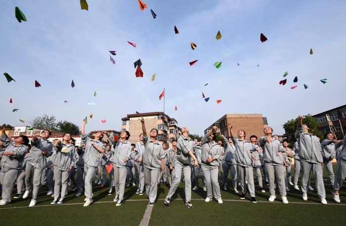 学生達は、河北省邯鄲市の高校で大学入学試験の準備をする。