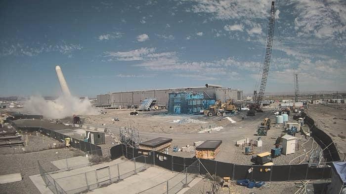 プルトニウム最終処理プラント(PFP)にある換気筒の解体作業(2017年7月に撮影)