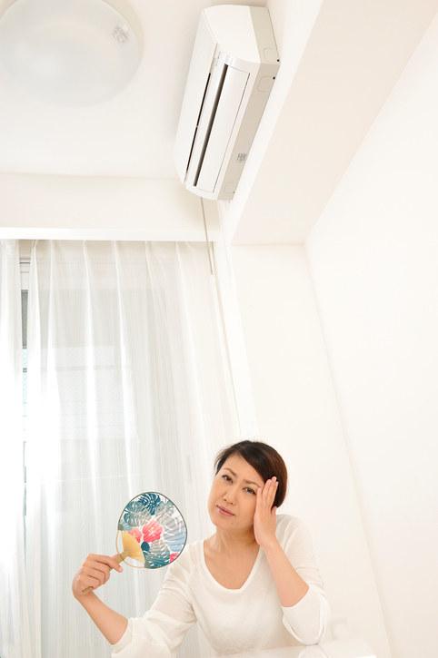 猛暑の時は冷房を付けっ放しにすることが必要だ。うちわでは足りない
