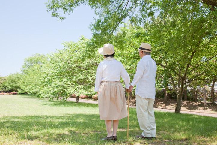 お年寄りは暑い時はなるべく外出は避けて。屋内でも油断せず冷房を