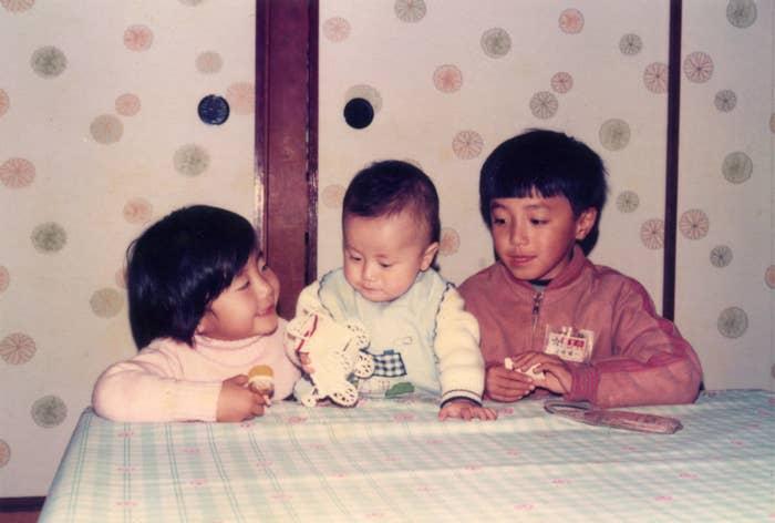 幼い頃の岩崎3きょうだい。右から長男の健一さん、末っ子の次男、航さん、真ん中の長女、佳苗さん