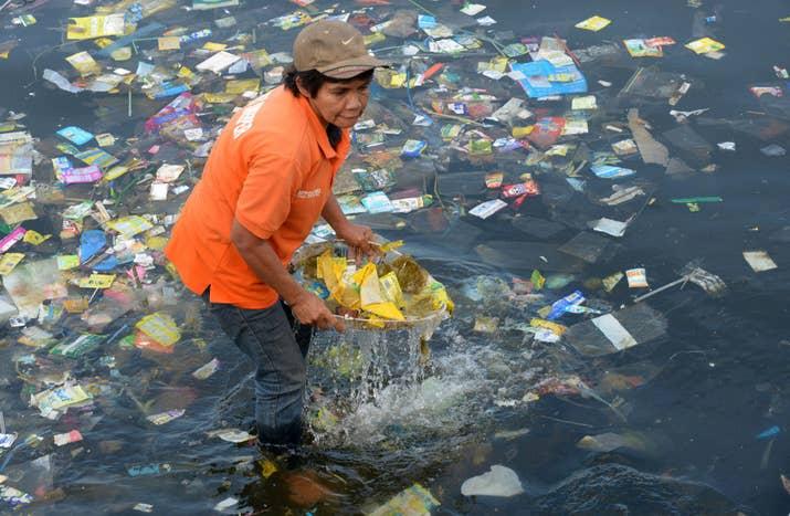 """是的, forman parte de ese triste 80% de basura plástica que está cubriendo las aguas. De ahí la afirmación basada en estudios de que """"en el 2050 habrá más plástico, que peces en el mar""""."""