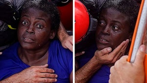 Cette réfugiée a été abandonnée 48h en mer, et les photos de son sauvetage sont déchirantes