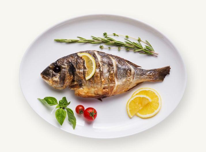 Sí, ese mismo plástico cubierto de algas y bacterias que se comen los peces y otros animalitos marinos, termina en muchos casos en nuestros platos... y claro, esto no significa nada bueno para nuestra salud.