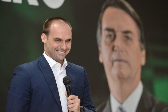 Eduardo Bolsonaro discursa em evento do Ilan.