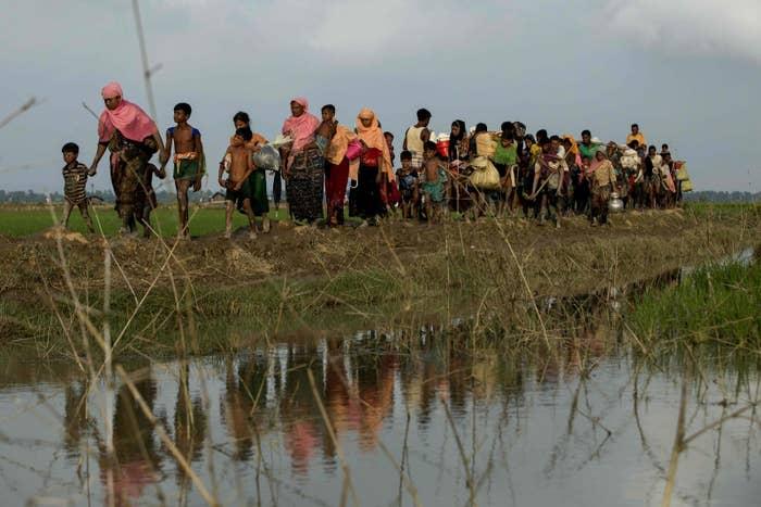 家を追われ、安全な場所を求めてバングラデシュに向かうロヒンギャの人々