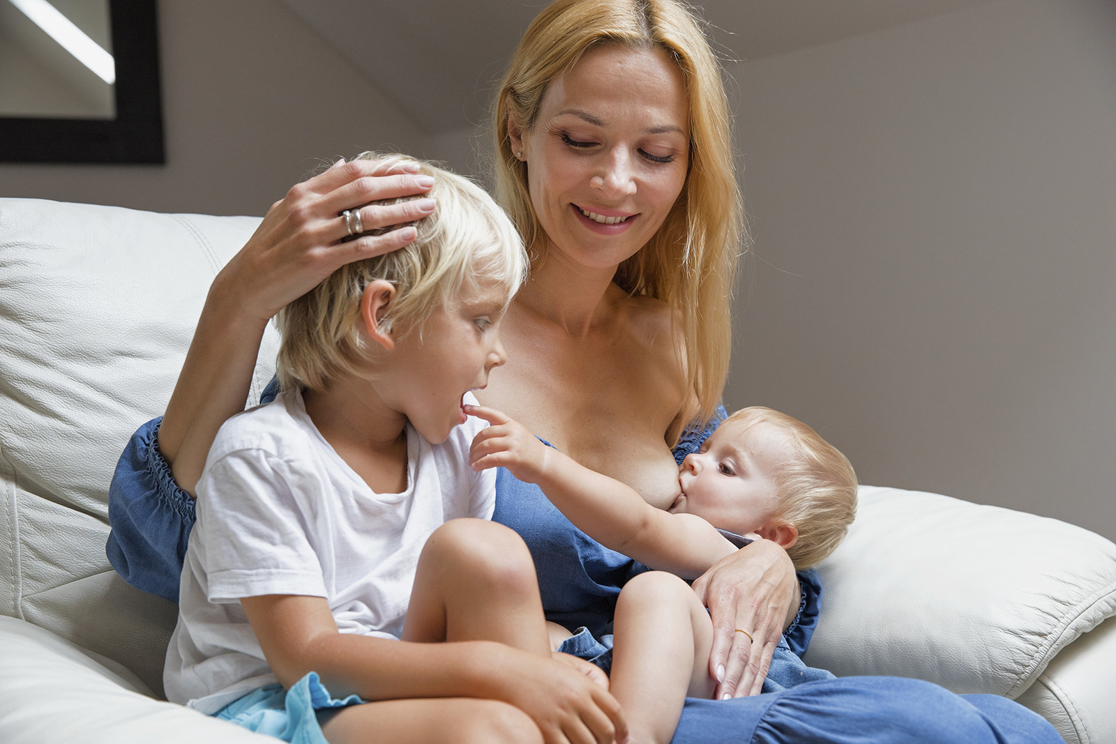 фото молодые с мамочками диване мохнатой