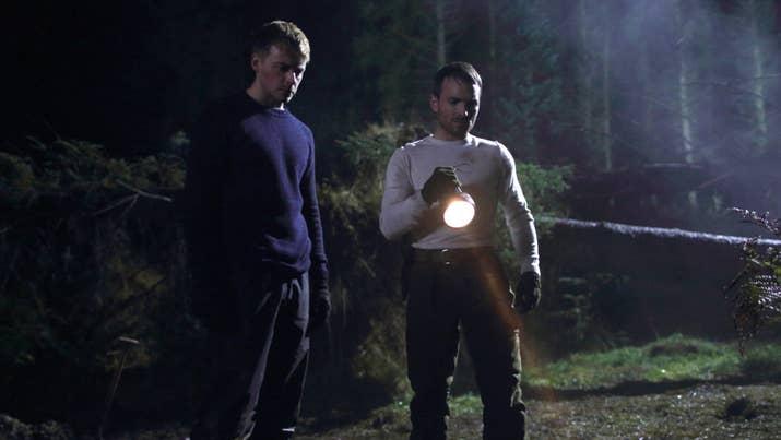 Dois bons amigos vão caçar na floresta sueca, mas o fim de semana maravilhoso que planejaram acaba se transformando em um pesadelo muito perturbador. Observe se: você gosta de suspense intenso e escuro.