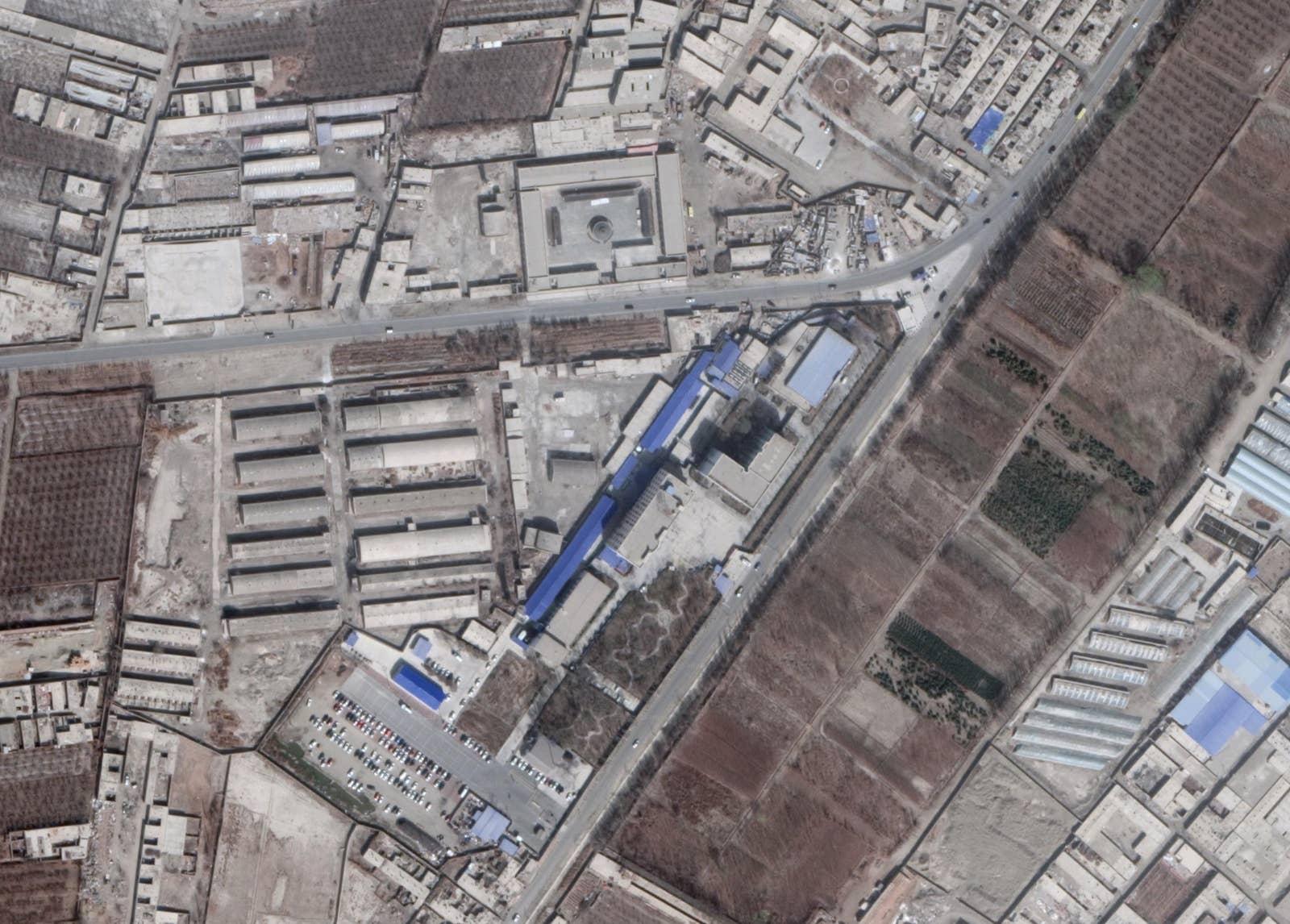 新疆ウイグル自治区の中部にあるコルラ市の近辺にある、中国の再教育施設をとらえた衛星画像。この施設を訪れたことがあるウイグル人亡命者が、GPS座標を提供してくれた。