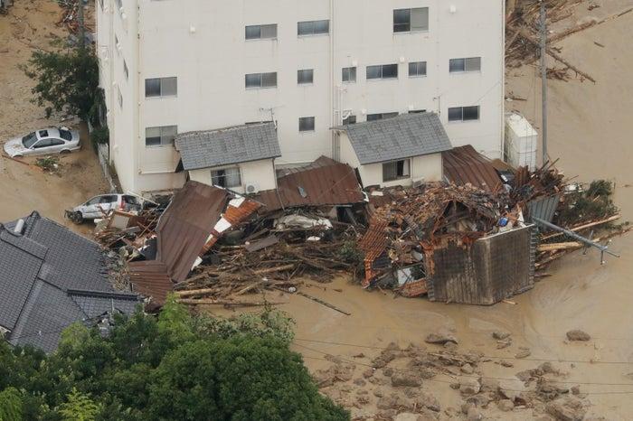 砂に押し流された家屋。7月7日午後、広島市安佐北区