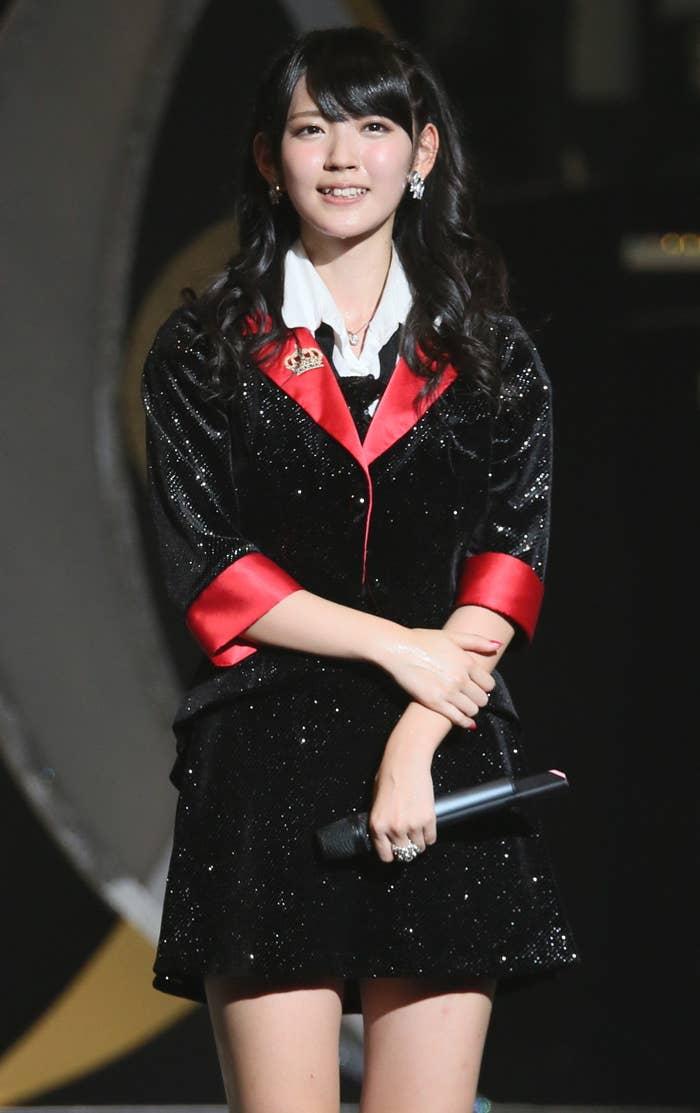 歌唱力、ダンススキル、愛らしいルックスと三拍子揃っていることからアイドルの頂点とも呼ばれ、同じアイドルから憧れられるアイドルとしても知られています。