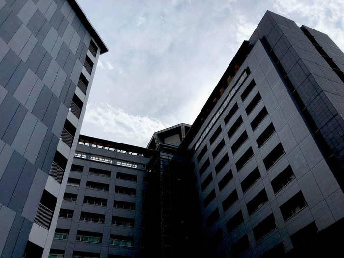 東京入管は、「パノプティコン」(一望監視施設)に近い形をしている。多くの外国人たちが出入りをするその建物の7階が、面会場所だ。収容施設には冷暖房が完備されているほか、屋外運動施設もあり、医師や看護師が常駐している、と入管側は強調する。
