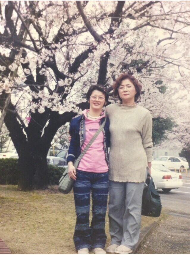先天性風疹症候群で亡くなる前の年、長女、妙子さんとお花見をする可児佳代さん(2000年4月)
