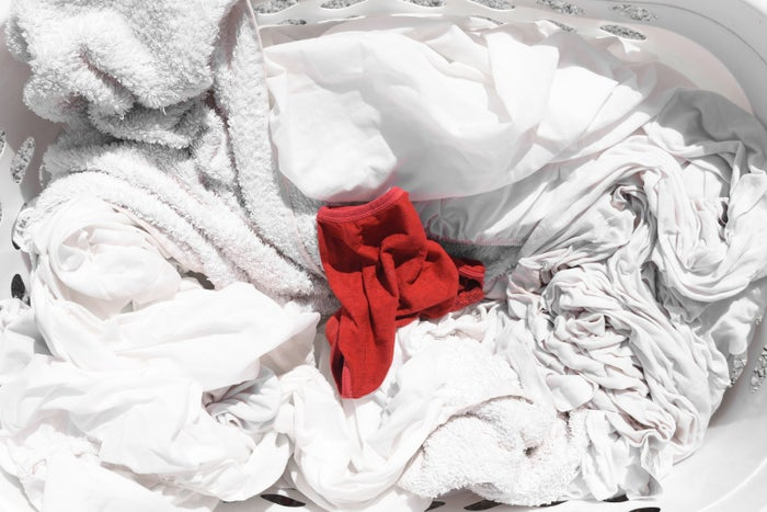 """Jedes Kleidungsstück mit einem Etikett, auf dem steht: """"separat waschen"""" oder """"mit ähnlichen Farben waschen"""", wird wahrscheinlich in der Wäsche abfärben, verblassen und deine übrige Wäsche ruinieren. Um Stoffe auf Farbechtheit zu prüfen, drücke einen feuchten weißen Lappen innen auf eine Naht oder einen Saum. Falls Farbe auf den Lappen übergeht, wird das Stück auf sämtliche andere Kleidung in der Wäsche abfärben. Du solltest ein solches Stück lieber von Hand oder mit ähnlichen Farben bei niedriger Temperatur waschen. Hier erfährst du mehr."""
