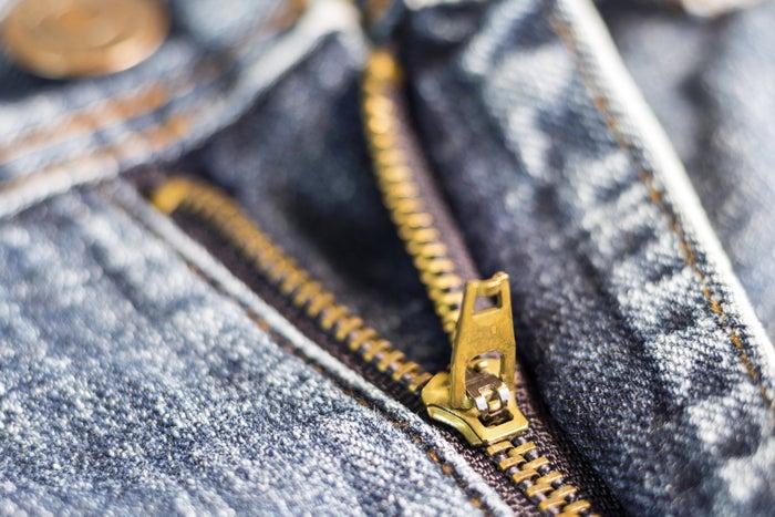 Die Zähne des Reißverschlusses können während des Waschens feinere Kleidungsstücke beschädigen. Hemden allerdings solltest du aufgeknöpft waschen, damit die Löcher nicht an den Knöpfen zerren. Hier erfährst du mehr.
