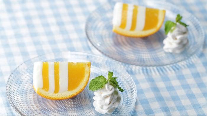 オレンジとミルクの層がとっても可愛いしましまゼリー♪ゼリー液を順番に冷やして固めるだけのお手軽レシピです。暑い夏にぴったりの冷んやりスイーツ、ぜひ作ってみてくださいね♪