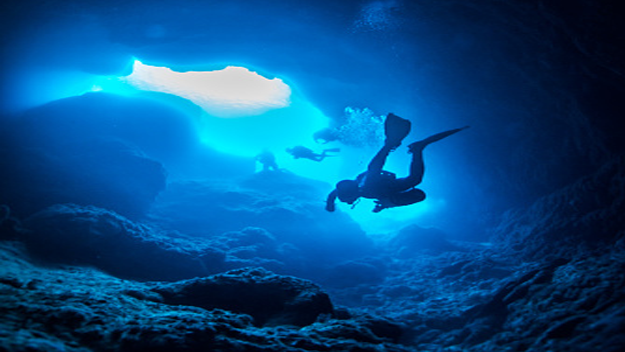 Der Marianengraben ist mit 11.034 Metern die tiefste Stelle aller Ozeane. Richtig – du könntest den Mount Everest unten reinstellen und er wäre VOLLSTÄNDIG mit Wasser bedeckt, und darüber wären noch 2.134 Meter Wasser. ÜBER. ZWEI. KILOMETER. Aufgrund der schieren Größe und des Wasserdrucks sind bisher nur vier Expeditionen erfolgreich hinabgetaucht. Wer weiß, was da unten ist? Da unten ist einfach zu viel!!