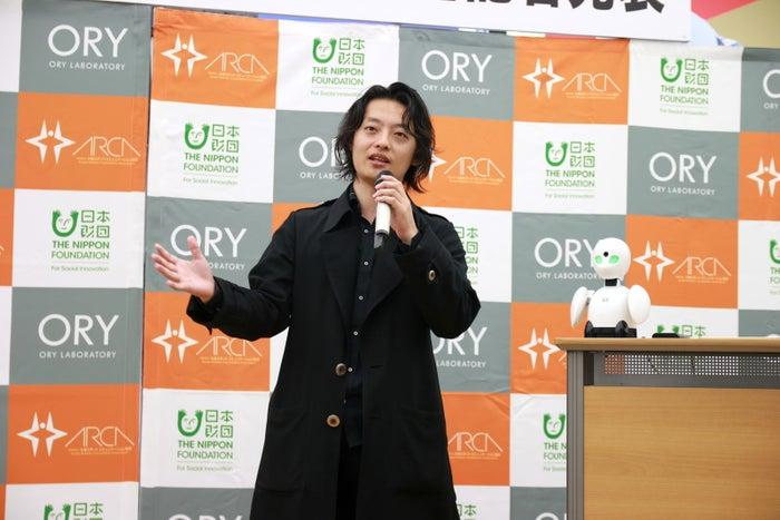 8月22日に開催された会見で挨拶をする吉藤オリィさん。プロジェクト名の「DAWN」は「夜明け」の意味からついたもの。