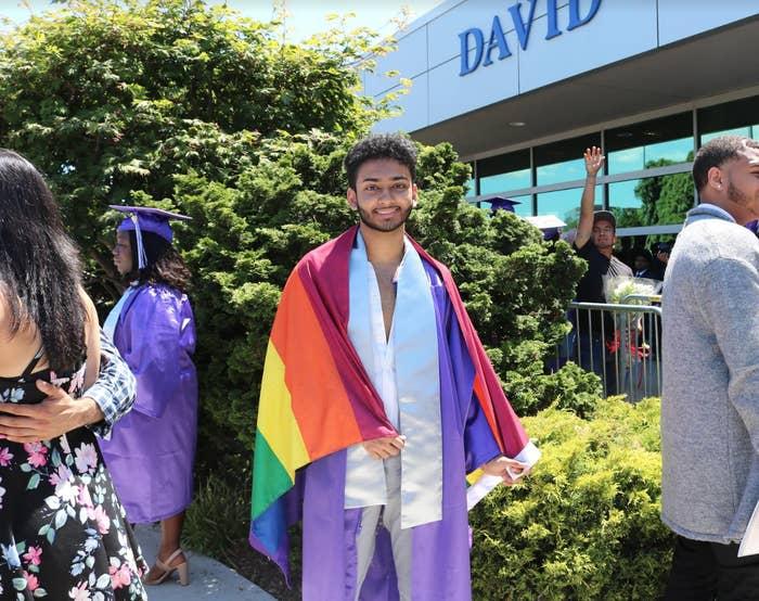 「ターゲット(米国のスーパー)で買い物をしていたら、LGBTのグッズがいろいろあったんです。そのときに、『卒業式でサッとレインボーフラッグを出したらカッコいいかも』と思ったんです」ラルは2018年6月、ニューヨーク州ヒルクレスト高校のメディア芸術音楽課程を修了した。