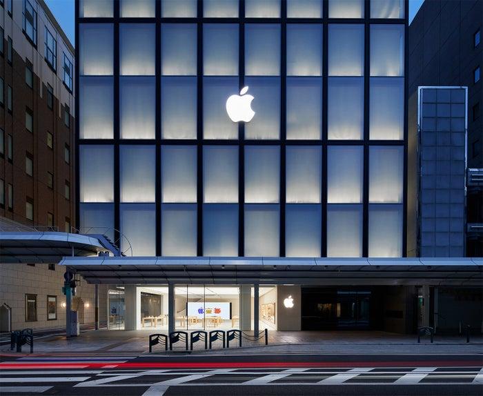 アップルの直営店といえば、ガラス張りの透明なデザインが一般的ですが、Apple 京都は2階より上が和紙で包まれたようなデザインになっています。これは、「行灯」からインスピレーションを受けたもの。