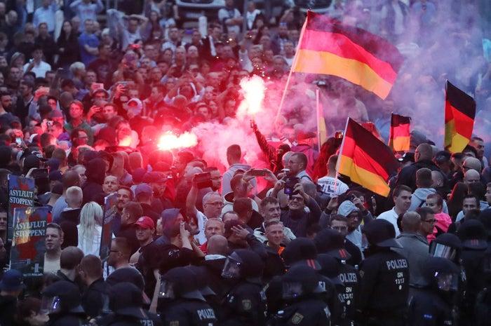 Rechte Demonstranten in Chemnitz warfen mit Pyrotechnik und Flaschen.