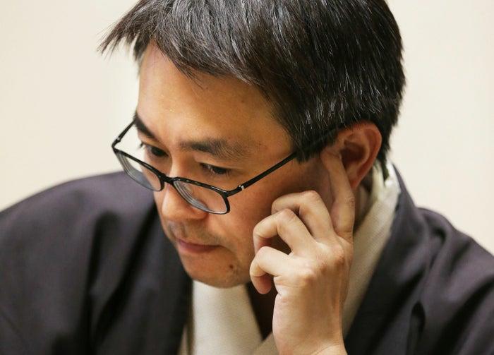 将棋棋士の羽生さんがプロになったのは、中学生のとき。史上3人目の中学生棋士でした。以来、将棋界の記録を次々と塗り替え、30年以上に渡り第一線で活躍する、日本を代表する棋士のひとり。インタビュー内で将棋を続けるモチベーションを「意外性に出会いたい」からだと語る羽生さんが、終盤に繰り出す予想外の一手は「羽生マジック」と呼ばれます。