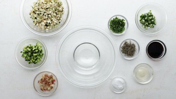 山形のだし2人分材料:大葉(みじん切り) 4枚オクラ(茹でて5mm角) 3本なす(5mm角) 1本きゅうり(5mm角) 1/2本みょうが(5mm角) 1個がごめ昆布 3gしょうゆ 大さじ2酢 大さじ1/2砂糖 小さじ1ごはん 茶碗2杯分作り方:1.なすは5mm角に切ったら、2〜3分水にさらしてアク抜きし、ザルに上げてしっかり水気を切る。2.ボウルに砂糖、酢、しょうゆを入れて混ぜ合わせる。3.ボウルに(1)、きゅうり、オクラ、みょうが、大葉、がごめ昆布を入れ、(2)を加えて全体をよく混ぜ合わせる。冷蔵庫に入れて1時間ほど冷やす。4.器にご飯を盛り、(3)をかけたら、完成!宮崎の冷や汁2人分材料:あじ(干物) 1枚きゅうり(3mm幅の輪切り) 1/2本みょうが(縦半分に切って斜め薄切り) 1個大葉(千切り) 4枚木綿豆腐(粗くほぐして水気をふき取る) 100gみそ 40g白いりごま 10gだし汁(冷やしておく) 400mlごはん 茶碗2杯分作り方:1.フライパンにあじの干物を入れて弱火で3〜4分焼き、取り出して皮と骨を外して身をほぐす。2.すり鉢に白いりごまを入れてすり、(1)を加えてよくすり合わせる。そぼろ状になったらみそを加えて混ぜる。アルミホイルに広げてのばし、トースターで焦げ目がつくまで3分ほど焼く。3.ボウルに(2)を入れ、だし汁を加えて溶きのばし、豆腐、きゅうり、みょうが、大葉を加えて全体をよく混ぜる。冷蔵庫に入れて1時間ほど冷やす。4.器にご飯を盛り、(3)をかけたら、完成!