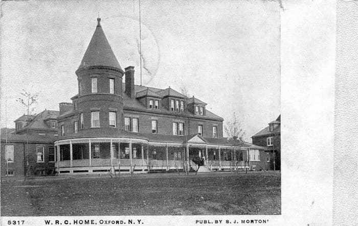 少年の家族は、ニューヨーク州オックスフォードにある墓地の隣に住んでいて、父親のウィリアムは、農業と石工業を営んでいた。