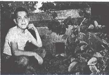 1954年、メリット少年の墓の前に座る青年。