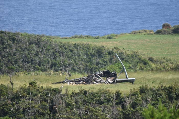 沖縄には、いまでも全国にある米軍基地のうち、70.6%(面積比)が集中している。県内人口の9割が集まる本島は、約15%が米軍基地で占められているほどだ。基地の返還は少しずつ進んでいる。しかし、米軍をめぐる事件事故は相次いでいるままだ。翁長知事はこうも憤っていた。「何百回も抗議している。繰り返しても、世の中が何も変わっていない。もう米軍を良き隣人とは呼べない。いまの状況は知事として、受け入れられるものではありません」トラブルのたび、翁長知事は東京へ行き、日本政府や米国大使館に抗議してきた。そのあとには、政府側から必ずのように次の3点が伝えられたという。・基地負担の軽減・県民に誠心誠意に寄り添う・米軍に原因究明と再発防止を訴えるそしてまた、事故が起こる。「負担軽減」「誠心誠意」「再発防止」。儀礼的な虚しい言葉が繰り返される。翁長知事は、嘆息交じりにこうつぶやいた。「ただただ、虚しさを覚えている。この本土と沖縄の溝はいつまで深く、広いまま縮まらないのか、ということを考えているんです」
