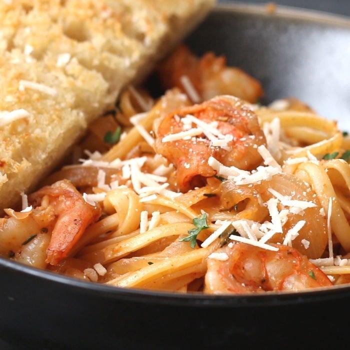 (Serve 4 porções)Você vai precisar de:225g de espaguete1 colher de sopa de azeite1 cebola grande2 dentes de alho picados1 colher de sopa de alecrim1 colher de sopa de tomilho1 colher de sopa de pápricaSal a gostoPimenta a gosto450g de camarão1 xíc. de vinho branco1 colher de sopa de suco de limãoQueijo parmesão, para decorarModo de preparo:Ferva uma panela de água e sal.Cozinhe por 8-9 minutos, ou até ficar al dente. Escorra e reserve.Coloque o azeite em uma frigideira em fogo médio. Adicione a cebola e refogue até caramelizar, cerca de 3-4 minutos.Adicione o alho, o alecrim, o tomilho, a páprica, o sal e a pimenta. Refogue por mais 2 minutos.Adicione os camarões e deixe cozinhar por 3 minutos. Vire-os e deixe cozinhar por mais 3 minutos.Adicione o vinho branco e o suco de limão. Cozinhe até o vinho reduzir.Adicione o macarrão cozido na frigideira.Misture tudo e sirva.