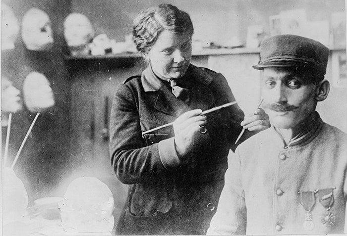 彼女は1917年に夫と一緒にフランスへ移住したアメリカ人彫刻家です。