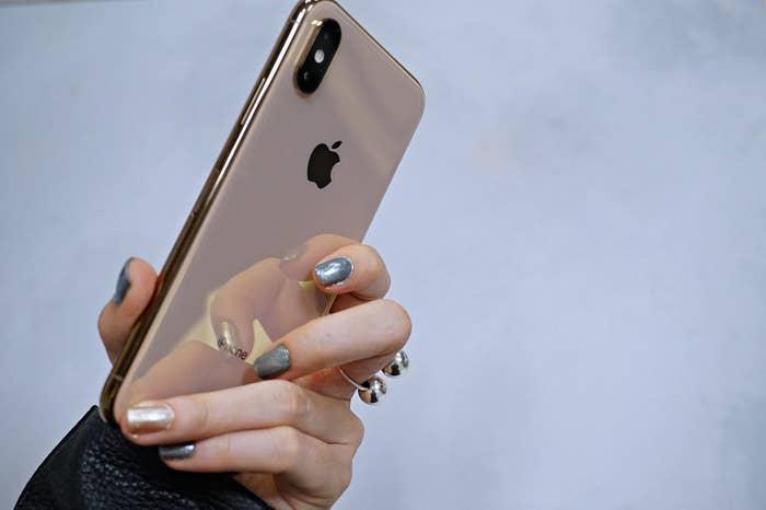 背面のガラスは鏡みたいに美しく反射します。また、ゴールドとスペースグレーは、サイドのステンレススチール製フレームに高度な物理蒸着処理が施されているので、宝石みたいに輝いています。