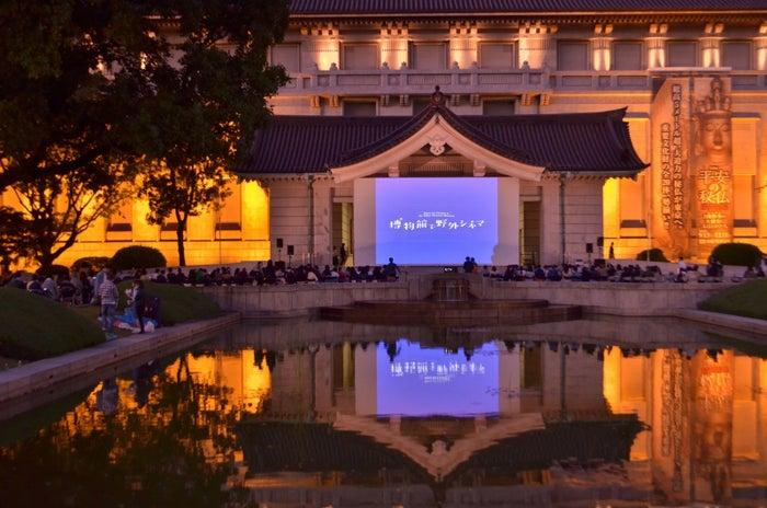 東京国立博物館(上野)の外で野外映画を楽しめる「博物館で野外シネマ」。今年は9月21日(金)22日(土)の夜に開催されます。過去には「時をかける少女」や「秒速5センチメートル」、「ももへの手紙」などの作品を上映してきた、人気のイベントです。