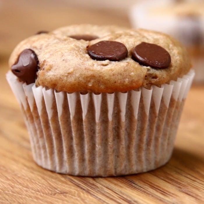 Rendimento: 12Você vai precisar de:3 bananas maduras½ xícara de leite1 xícara de aveia em flocos1 xícara de farinha de trigo3 ovos1 colher de chá de baunilha½ colher de chá de canela1 xícara de iogurte grego2 colheres de sopa de mel½ xícara de chocolate amargo em gotasModo de preparo:1. Preaqueça o forno a 180°C.2. Em um liquidificador, misture todos os ingredientes menos as gotas de chocolate. Bata bem, misturando com uma colher se necessário.3. Divida a mistura em 12 forminhas para muffin.4. Salpique as gotas de chocolate sobre os muffins.5. Asse por 20 minutos.6. É só saborear!