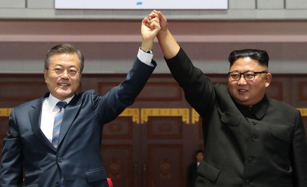 韓国の文在寅大統領が9月18~20日にかけて北朝鮮を訪問し、金正恩・朝鮮労働党委員長との南北首脳会談に臨んだ。2人の会談はこれで3回目。両首脳が署名した「平壌宣言」には、北朝鮮が条件付きながら核施設の廃棄を受け入れることが記された。韓国政治の専門家は、今回の南北首脳会談をどう評価したのか。新潟県立大大学院の浅羽祐樹教授はBuzzFeed Newsの取材に対し、「北朝鮮側に都合の良いことが多く、不格好な印象」と分析。非核化についても、「あまり意味がない」内容だったと語る。さらに「日本に対する脅威は、むしろ悪化しているかもしれない」と、警鐘を鳴らす。どういうことなのか。浅羽教授に、今回の南北首脳会談のポイントを聞いた。